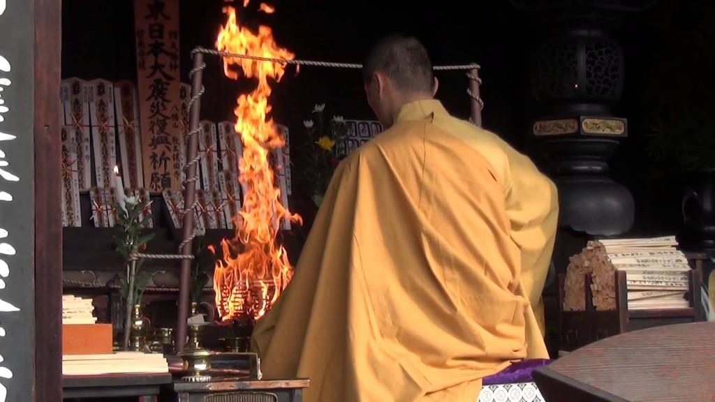 東寺の縁日「初弘法」編03 ありがたや~、ボーボーと燃え盛る炎で、護摩木を焚くお坊様
