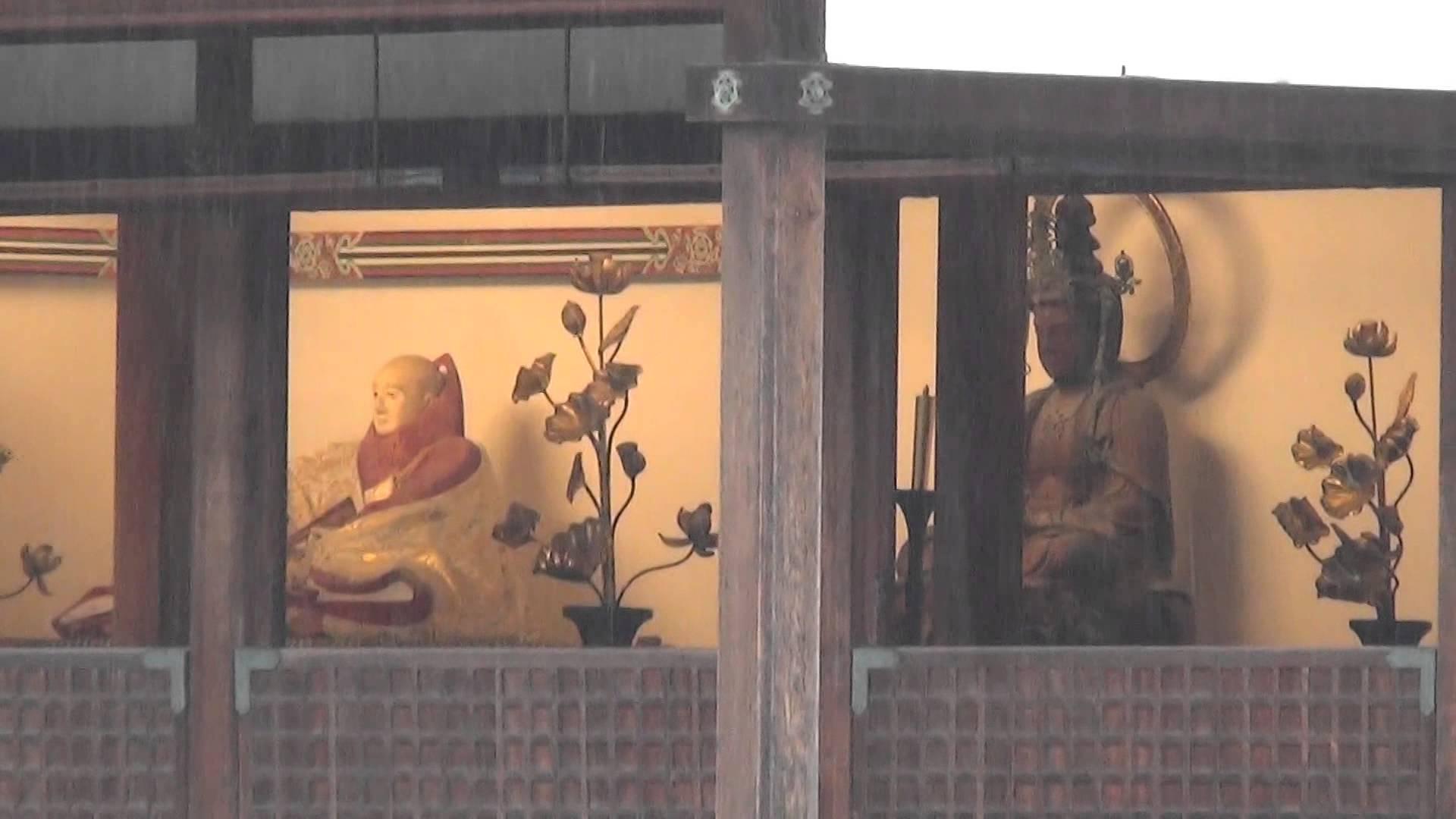 雪化粧中の金閣寺で寒そうな足利義満さんの像と宝冠釈迦如来様の像