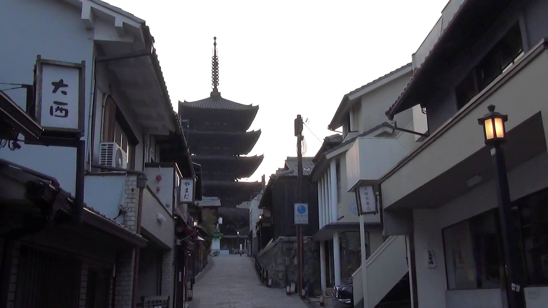 すがすがしい早朝の朝日の中、八坂の塔までの散歩で太陽光パワーをGET!
