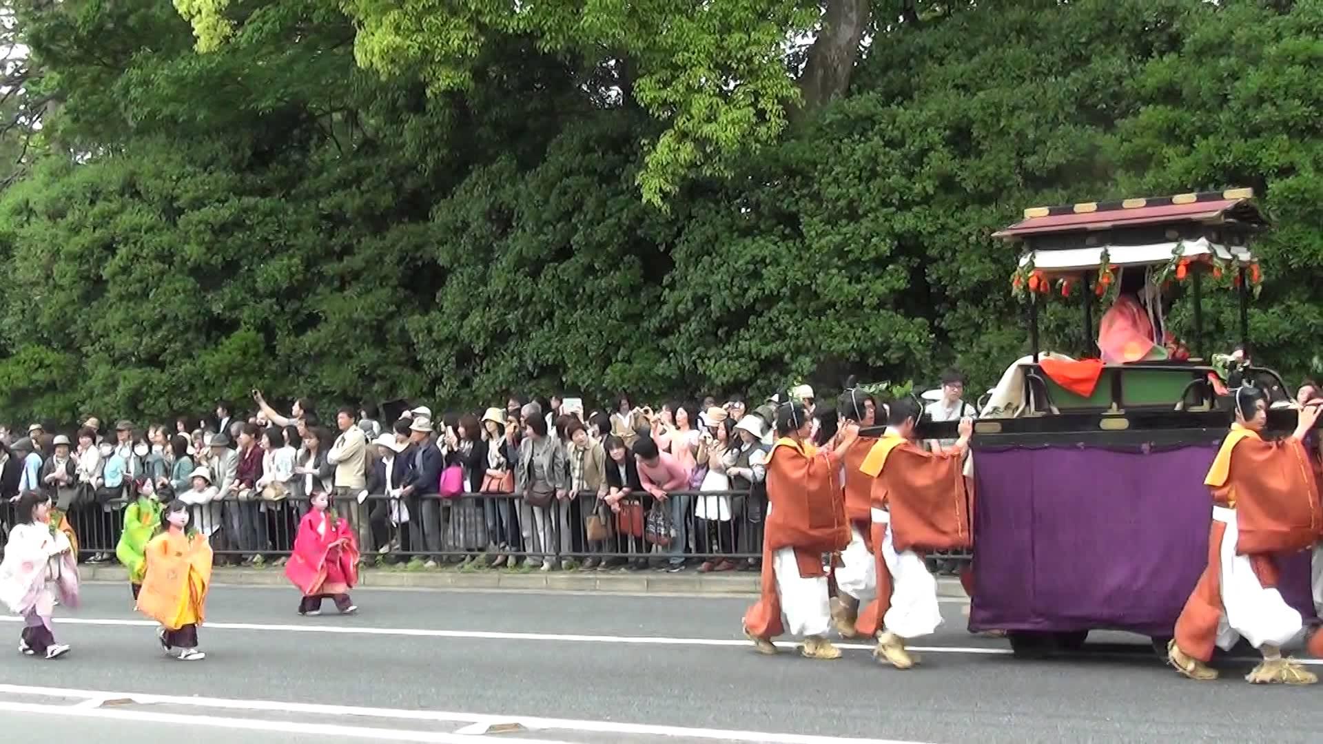 2014年の葵祭にて、思わず見とれてしまうほどの美しい斎王代が御所を出発!