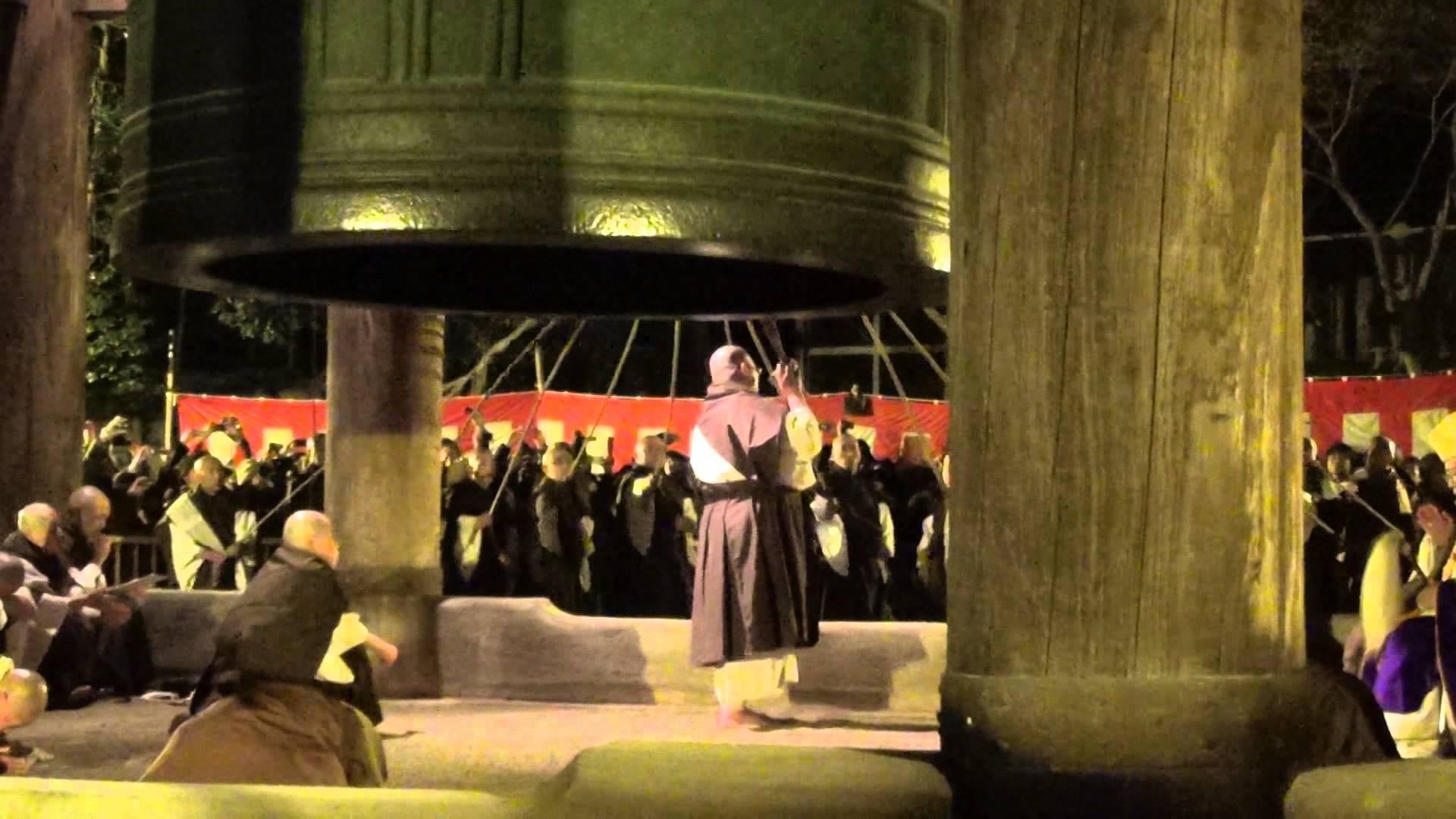 知恩院「除夜の鐘」編3 僧侶さまの「バック鐘アタック」がさく裂し、煩悩退散